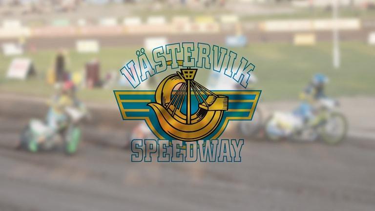 Suddig bild på en speedwaymatch, infälld logga med texten Västervik speedway.