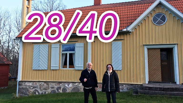 Rein Westerblom och Ingrid Thornberg utanför sin pärla: Tingshuset i Ishult. Ett gult trähus.