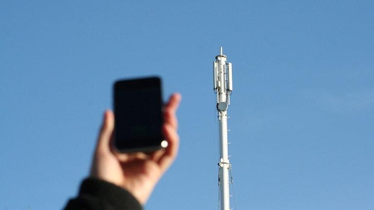 Mobiltelefon och mobilmast.