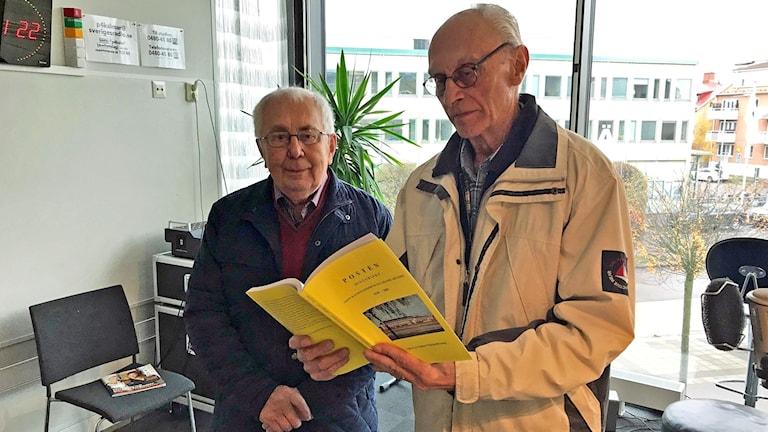 Filateristerna Sven-Erik Jönsson och Björn Erlandsson med sin nya bok