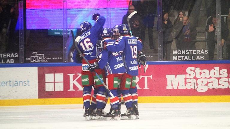 Ishockeyspelare som jublar efter ett mål.