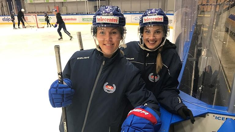 Två ishockeyspelare.