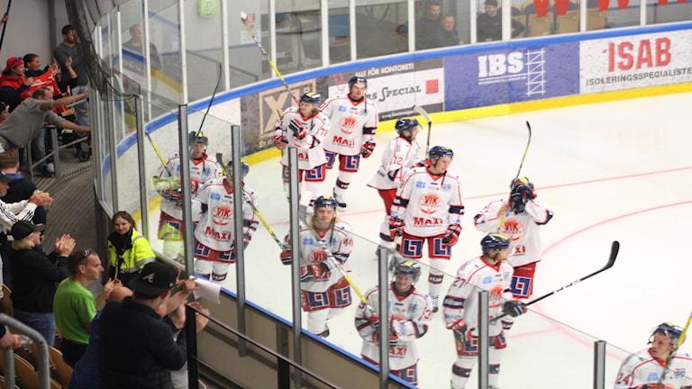 Västervik IK jublar framför publiken.