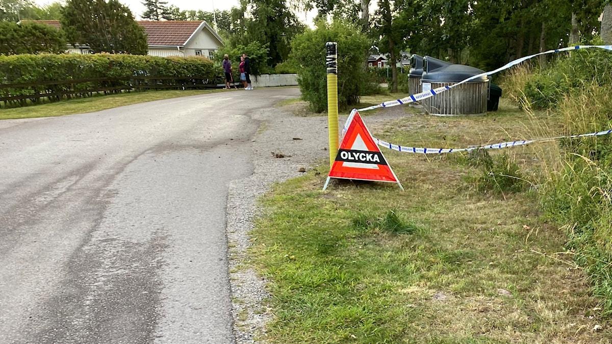 En avspärrad olycksplats vid en mindre väg.
