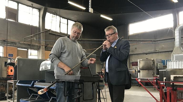 Mikael Andersen utbildningsledare Riksglasskolan och Thomas Persson generaldirektör Myndigheten för Yrkeshögskolan blåser glas.