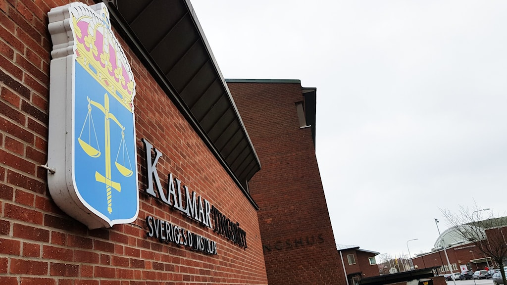 """Tegelbyggnad med skylten """"Kalmar tingsrätt""""."""