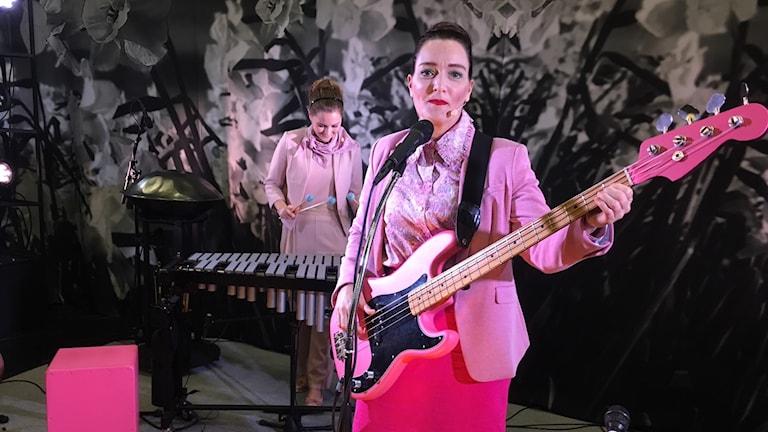 Sara och Fia på scen iklädda rosa kläder på Byteatern