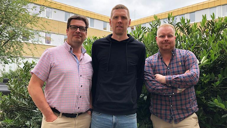 Magnus Krusell, David Elm och Karl Holst står framför en grön buske.