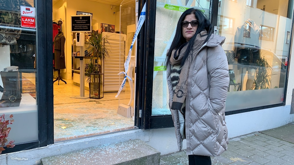 Butiksägare utanför sin inbrottsdrabbade butik