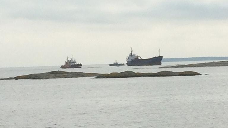 Fartyg bärgas utanför Oskarshamn