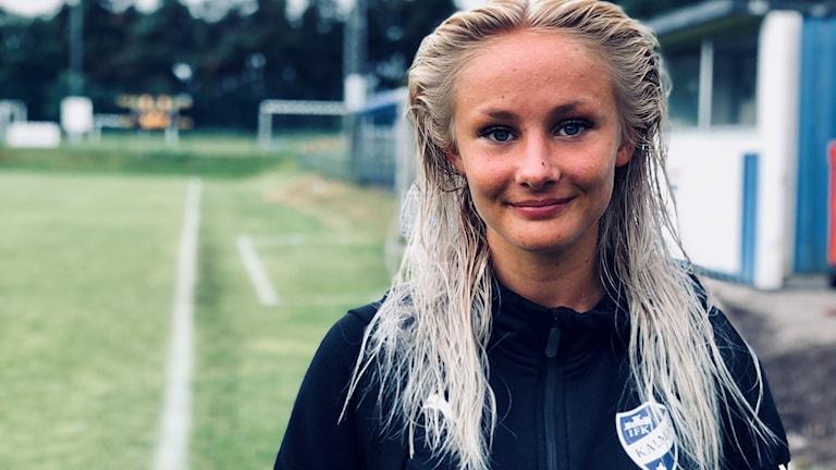 Kvinna på fotbollsplan