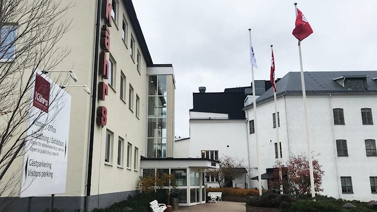 Kährs lokaler i Nybro. Vita hus och flaggstänger.