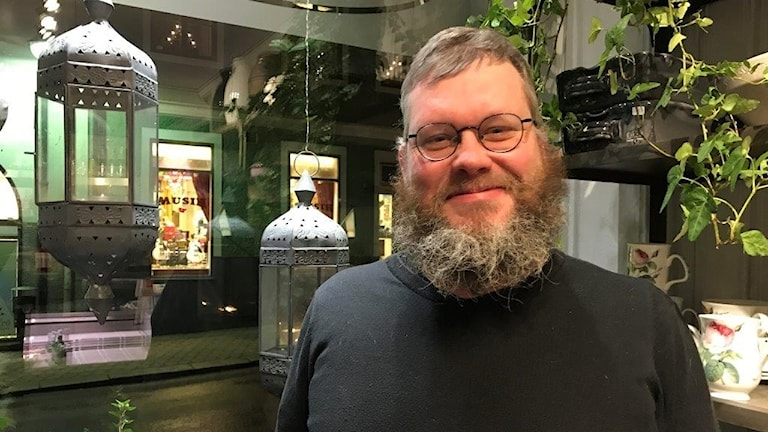 Daniel Ottzén på café i Västervik