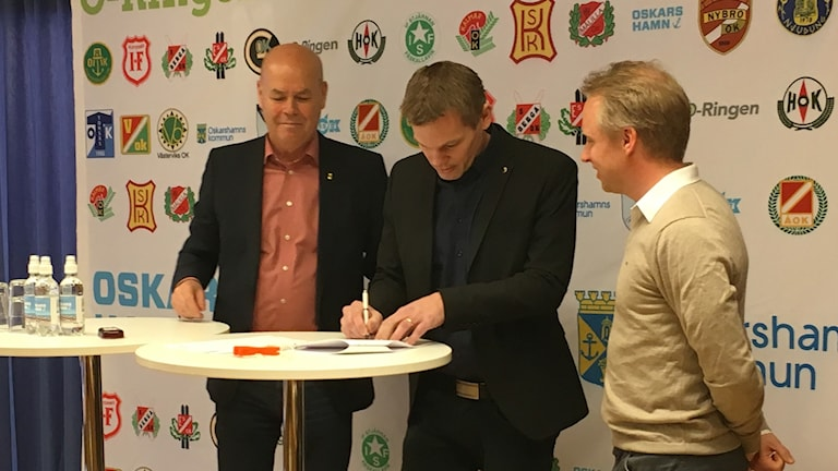 Kommundirektör Rolf Persson, kommstyrelsens ordförande Andreas Erlandsson och Henrik Boström, VD O-ringen 2022