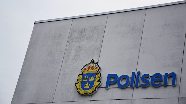 Polislogotyp på polishuset i Kalmar