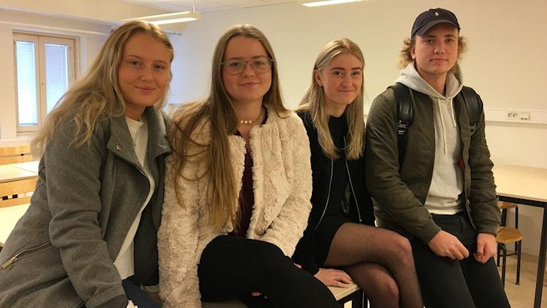 Fyra elever på bild.