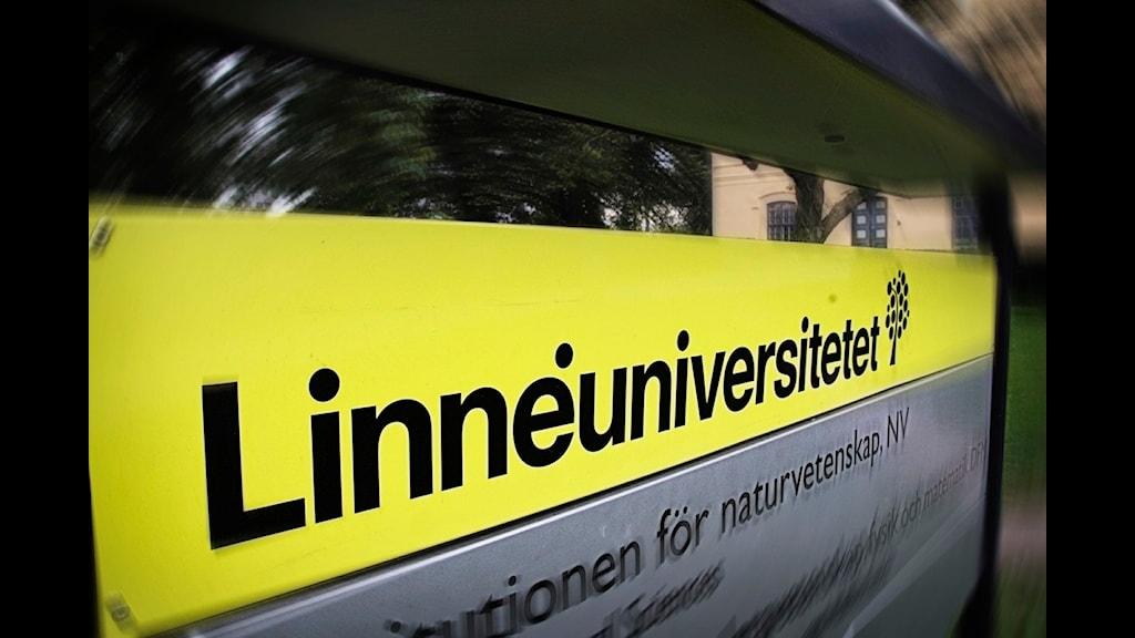En skylt där det står Linnéuniversitetet.