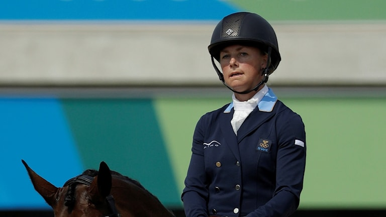 Sara Algotsson Ostholt sitter på en häst.