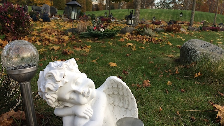 Gravsmyckning ängel på kyrkogård.