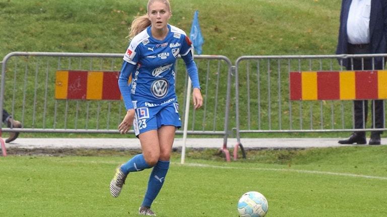 16-åriga Kajsa Lang debuterade som mittback och svarade för en bra match - även om det förstås är tungt att släppa in fem mål bakåt. Foto: J