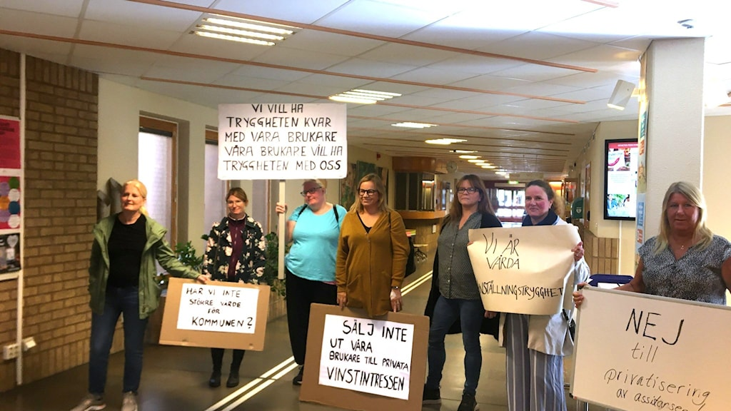 Personliga assistenter protesterar mot förslag om privatisering.