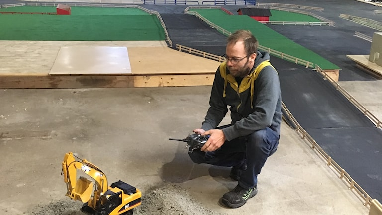 Patrik Jönsson kör en radiostyrd grävmaskin
