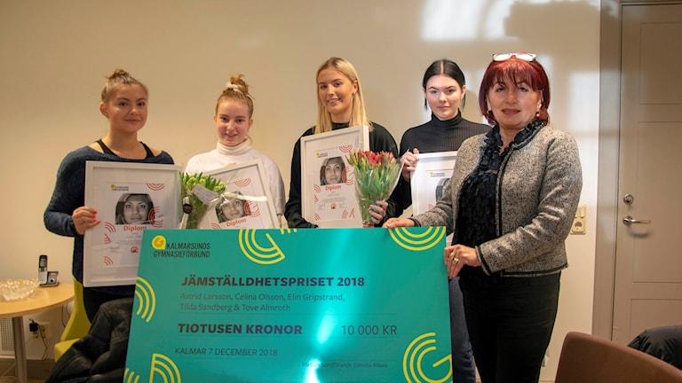 Eleverna Celina Olsson, Tilda Sandberg, Astrid Larsson, Tove Almroth och Dzenita Abaza, ordförande i Kalmarsunds gymnasieförbund.