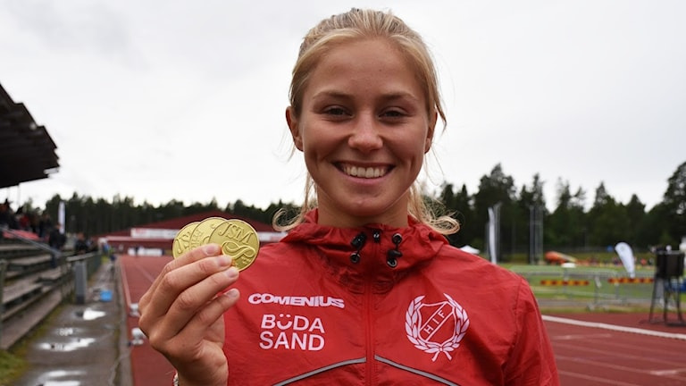 Julia Samuelsson håller i medaljer