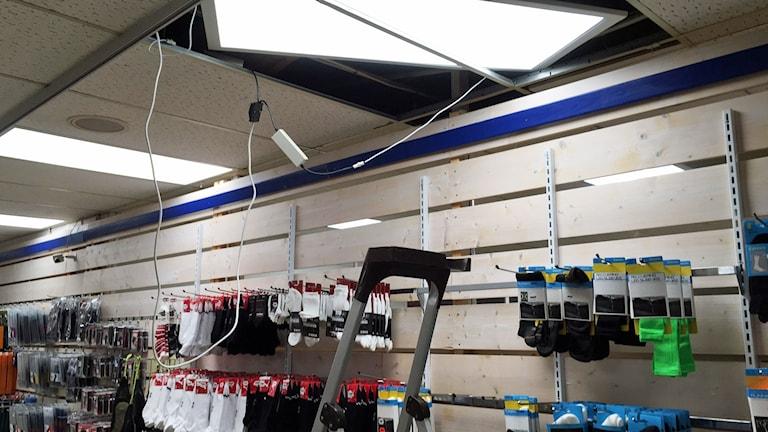 Här tog sig tjuvarna in i sportbutiken i Nybro, som hade inbrott på måndagkvällen.