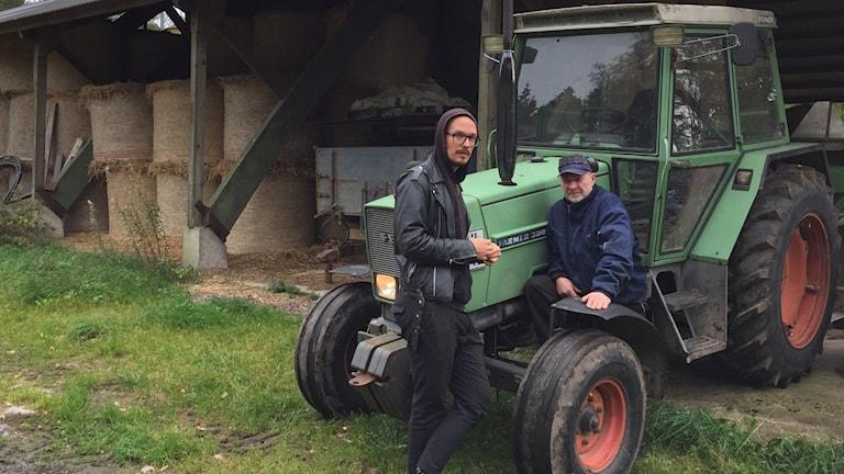 Sixten Sanne-Göransson och Mats Rubensson står vid en traktor i Rävemåla.