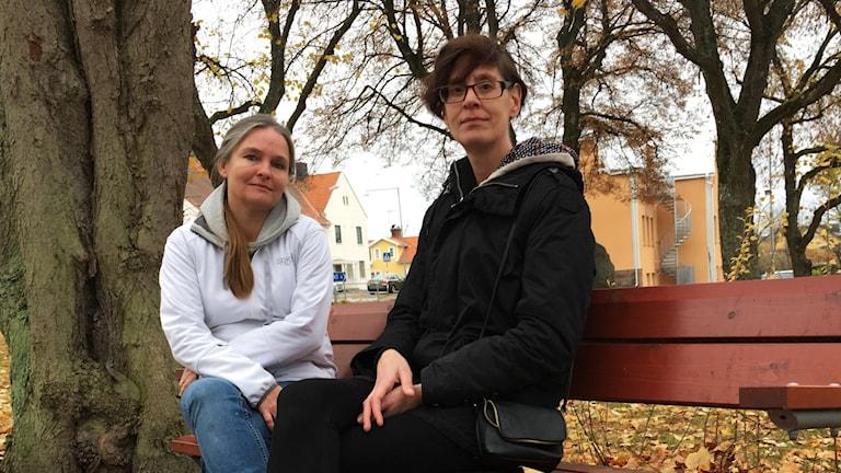 Sanna Lundström och Viktoria Malm sitter på en bänk.