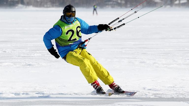 En person som åker snowkite.
