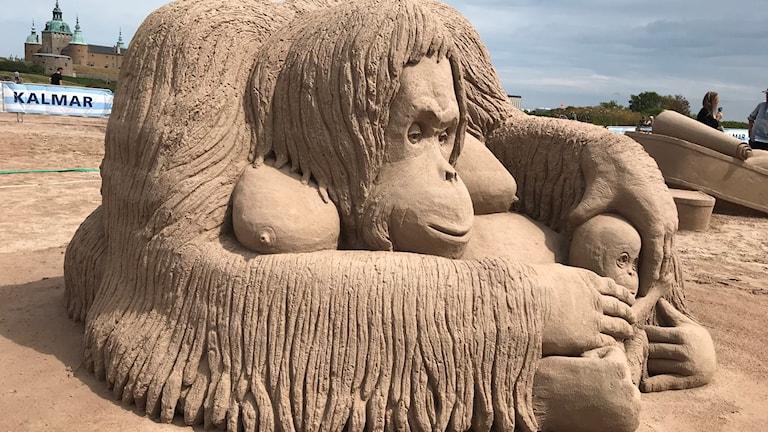 Sandskulptur föreställande orangutang med unge.