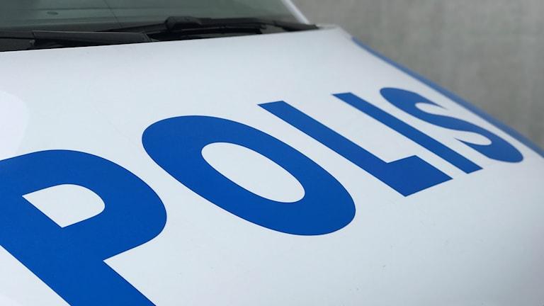 Polisdekal på polisbuss.