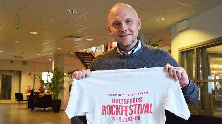 Stefan Ölvebring håller i den första t-shirten från Hultsfredsfestivalen.