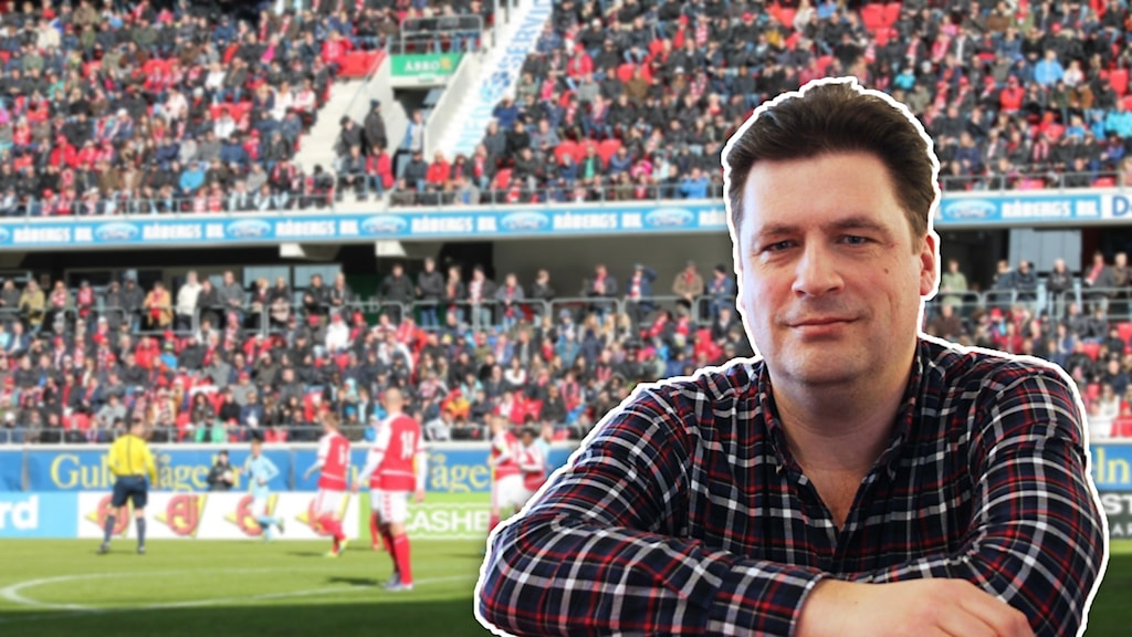 Magnus Krusell framför publik på fotbollsarena.