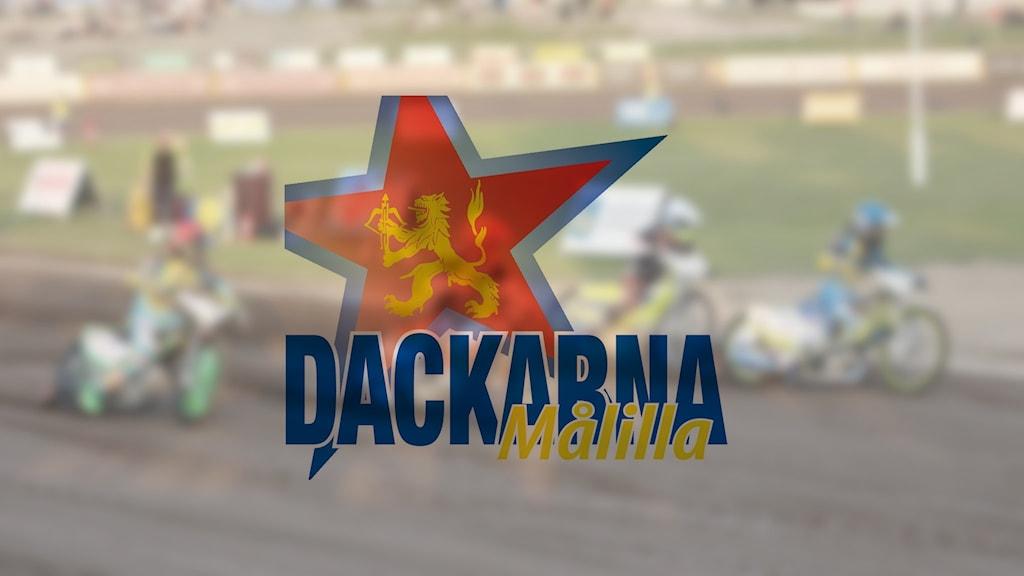 """Suddig bild på en speedwaymatch, i förgrunden logga med texten """"Dackarna Målilla."""
