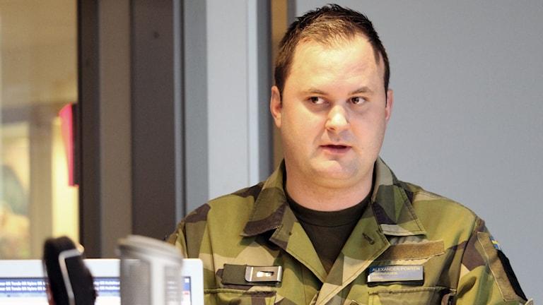Militär står i radiostudio.