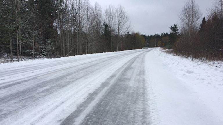 Isig och snöig väg.