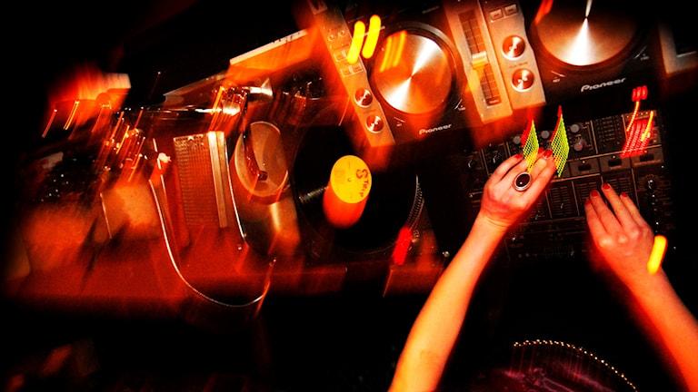 En suddig bild på ett dj-bås