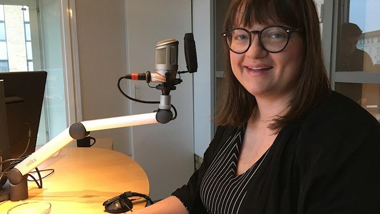 Madeleine Petersson, frilansande formgivare och stylist sitter i studion