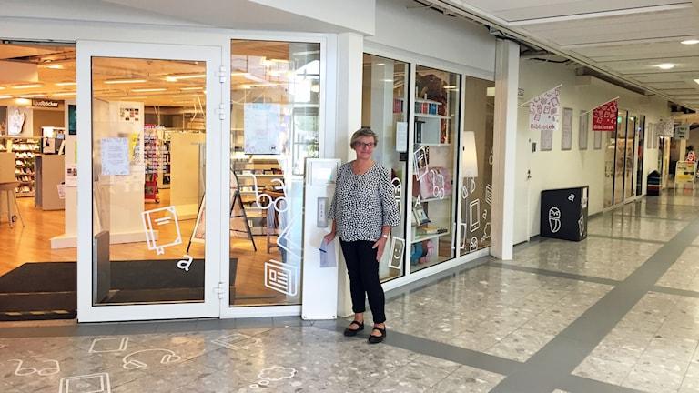 June Söderström bibliotekschef i Mörbylånga kommun utanför den ena ingången till biblioteket i Ölands Köpstad.