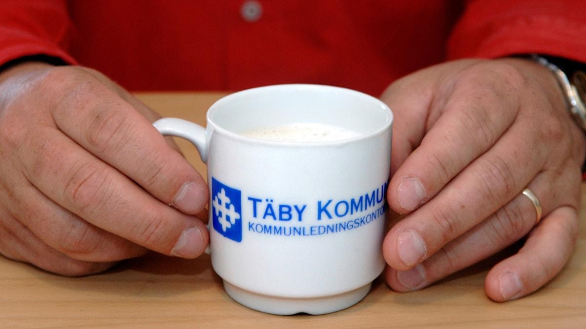 En kaffekopp där det står Täby kommun.