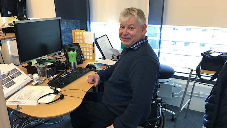 Magnus Jernetz Gustavsson vid skrivbordet