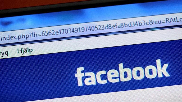 Facebook-logotyp på datorskärm