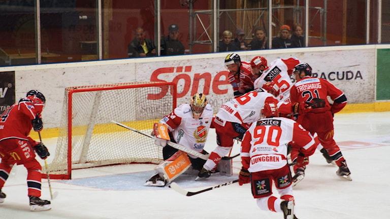 Hockeyspelare framför mål.