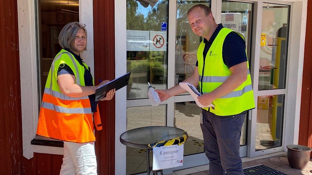 Personal fr Länsstyrelsen kontrollerar en butik på Öland