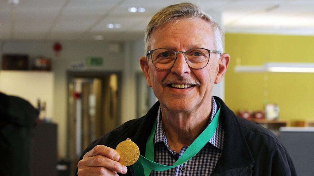 Sivert Axelsson med en guldmedalj om halsen.
