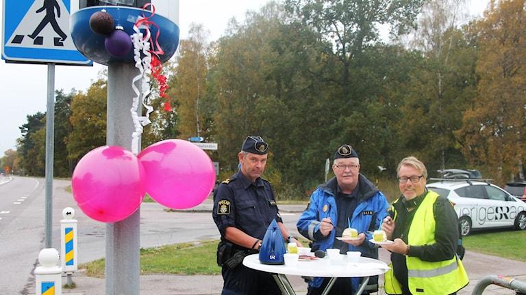 En fartkamera med ballonger, poliserna Fredrik Råberg och Carl-Johan Hammas samt P4 Kalmars Peter Bressler.