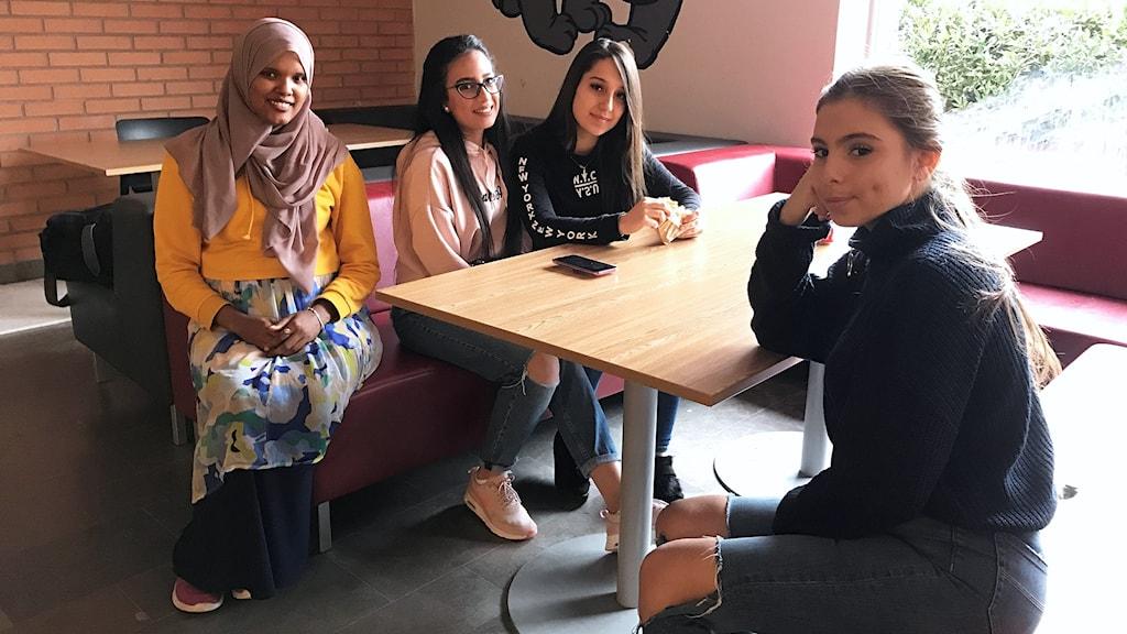 Alia Mohamed, Tala Makkawi, Farideh Hajono och Alisar Kourdoghli sitter runt ett bord.